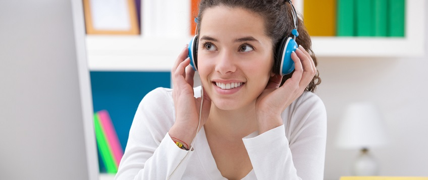 French student listening to audio